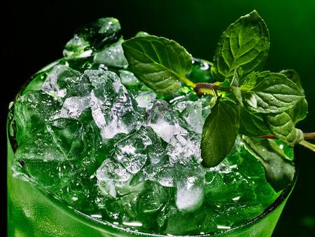 ice crushed: Groen drankje met crushed ijs op donkere achtergrond. Bovenaanzicht van close-up.