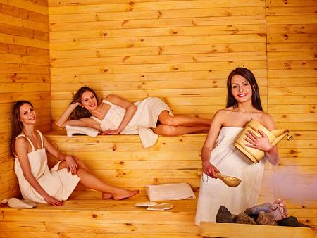 terapia grupal: La gente del grupo niña feliz relajarse en la sauna. Foto de archivo