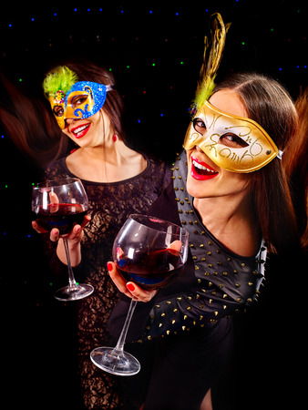 lesbians: Lesbianas Mujeres felices bailando en la fiesta y beber vino tinto.