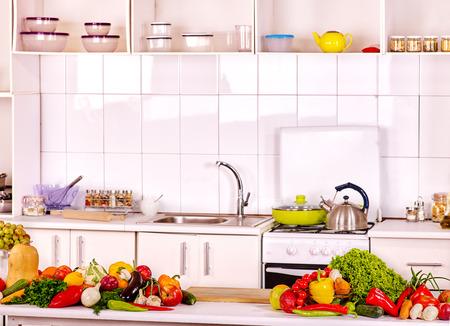 contadores: Interior de la cocina de la casa blanca con verduras frescas.