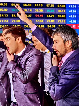 bolsa de valores: Hombres de negocios Grupo con el tablero de bolsa de valores manos en la oficina. Foto de archivo