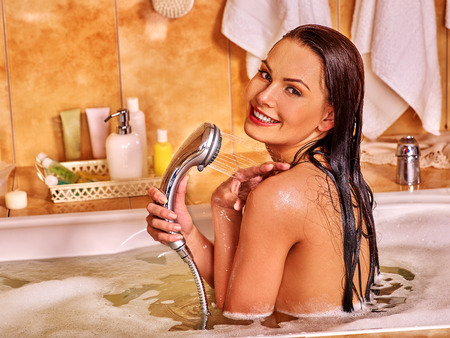 grifos: Mujer mojada baño toma burbuja feliz joven. Foto de archivo