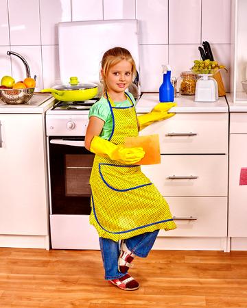 wash dishes: Los niños de la cocina de la limpieza. Pequeña limpieza feliz con la servilleta.