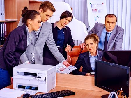 impresora: La gente de negocios del grupo felices con la impresora en oficina.