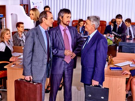 personas reunidas: Los grandes hombres de negocios del grupo felices juntos en el cargo. Foto de archivo