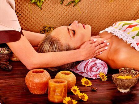 masaje facial: Mujer que consigue masaje facial en el spa de belleza tropical Foto de archivo
