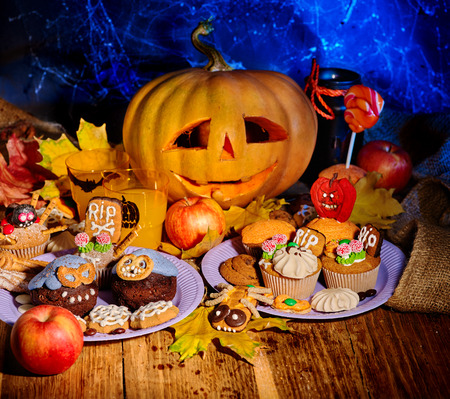 treats: Mesa de Halloween con el truco o tratar. Talla de la calabaza