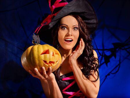 witch: Bruja feliz que sostiene la calabaza anaranjada grande