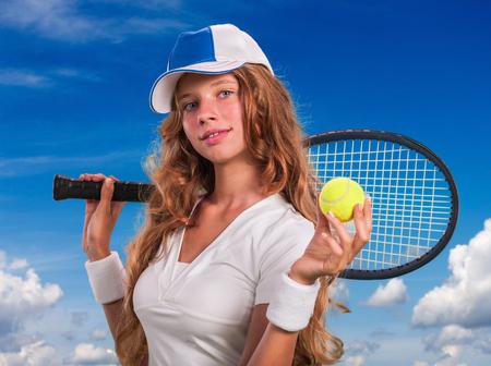 Meisje in GLB met tennis racket en bal op de blauwe hemel met wolken.