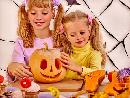 treats: Fiesta de Halloween con los niños del grupo que llevan a cabo el truco o tratar.