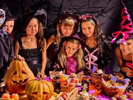 fiesta familiar: Los ni�os en la fiesta de Halloween haciendo calabaza tallada Foto de archivo