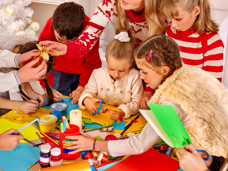 Dzieci: Dzieci malowanie i pokroić sissors papieru w szkole artystycznej. Edukacja. Zdjęcie Seryjne