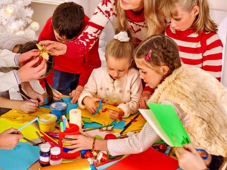 bambini: I bambini di pittura e sissors taglio carta alla scuola d'arte. Educazione.