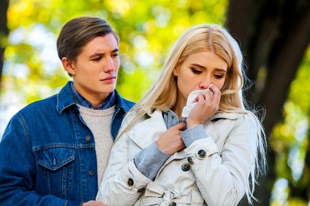 perdonar: Traición y par perdón. La muchacha está llorando con pañuelo en al aire libre.