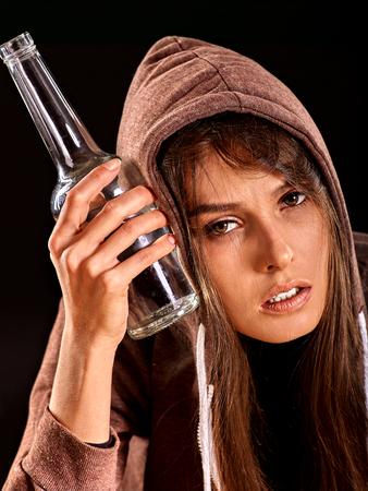 borracho: Muchacha borracha con una botella de alcohol. Alcoholismo tema Soccial.