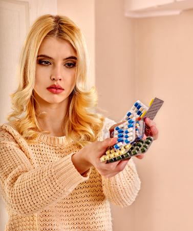 ragazza malata: Giovane donna con pillole e compresse. Archivio Fotografico