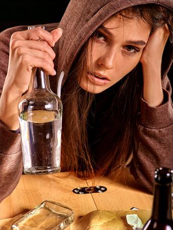 ebrio: beber chica borracha de la botella de alcohol. Soccial emitir alcoholismo en las mujeres.