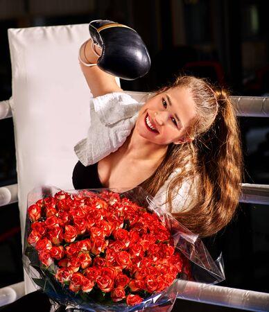 ropa deportiva: Boxeo de la muchacha con el ramo de flores sentado en la esquina de anillo. Foto de archivo
