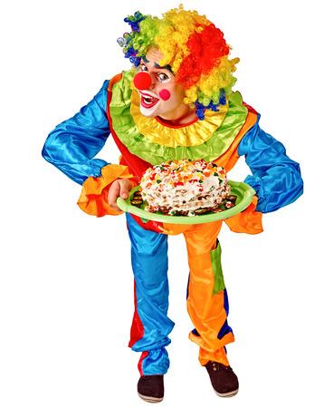 pintura en la cara: Feliz cumpleaños payaso sosteniendo un pastel. Aislado.