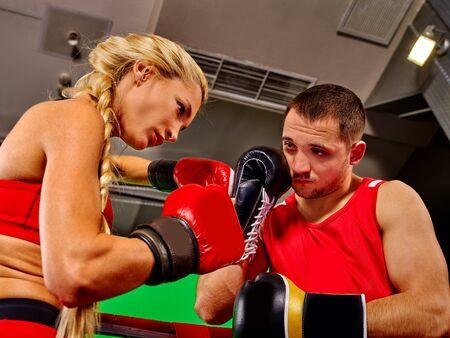 guantes de boxeo: Pareja Hombre y Mujer con guantes de boxeo en el ring. Entrenador.