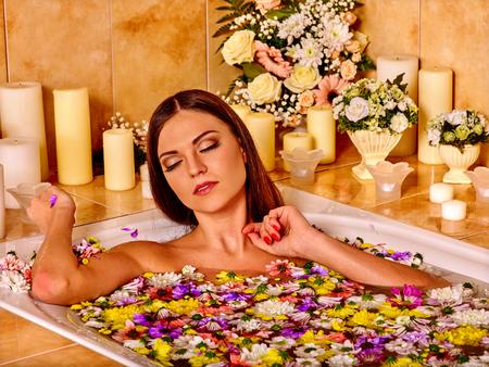 florecitas: La mujer toma el ba�o con p�talos de flores en el cuarto de ba�o.