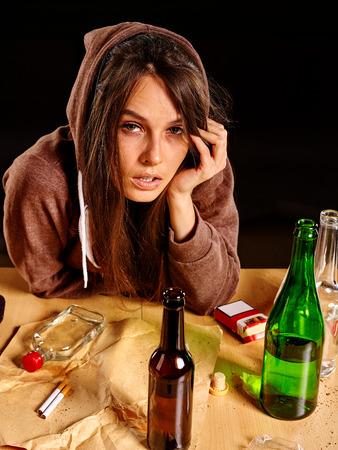 mujer triste: chica borracha la cabeza en la mano que sostiene la botella de alcohol. alcoholismo tema Soccial.