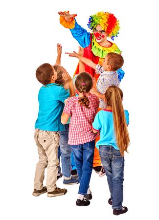 hombre con sombrero: Payaso en el juego de cumpleaños con los niños del grupo. Aislado.