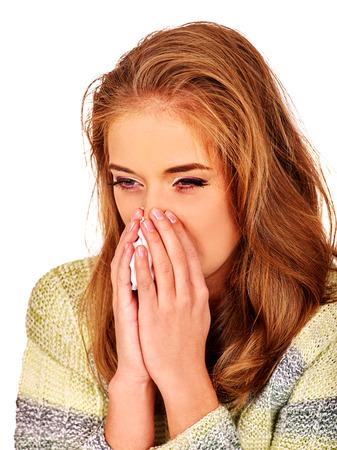 nariz: Retrato de niña con ejecución de la nariz con un pañuelo. Las razones pueden ser diferentes. Resfriados, alergias o depresión. Aislado.