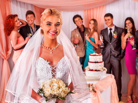 mujer con rosas: La gente del grupo de pie cerca de la mesa de boda con la torta. Foto de archivo