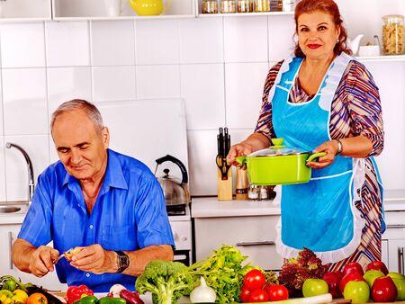cocina antigua: familia mayor que cocina la cena en la cocina. Viejo hombre y mujer.