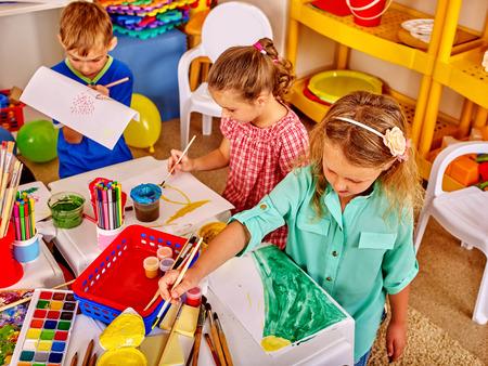 kinder: Dos niñas que pintan en el jardín de infantes.