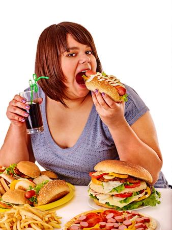 fastfood: cô gái béo ăn hot dog fastfood và rác khác. Bị cô lập.
