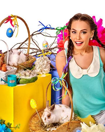 sexy young girl: Пасха женщина стиль с косичками держит кроликов в корзинах.