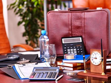 personas trabajando en oficina: Todavía del asunto vida en el interior de mesa y silla de cuero en el cargo. Foto de archivo