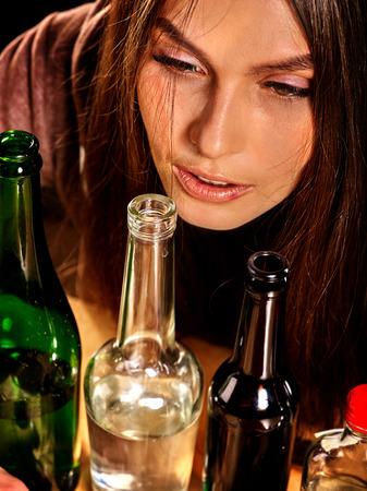 chica fumando: Retrato de ni�a de beber alcohol y en la soledad. concepto saludable. Foto de archivo