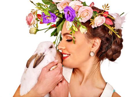 Mode Frau in der Ostern-Stil küssen weißen Hasen und Blumen. Isoliert.