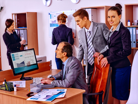 carpeta: Grupo de personas de negocios trabajando juntos en disco PC en la oficina.