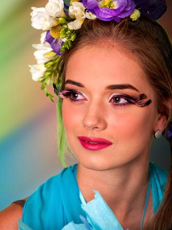 pestaÑas postizas: Mujer con las pestañas falsas y flores en el estilo de pelo Pascua.