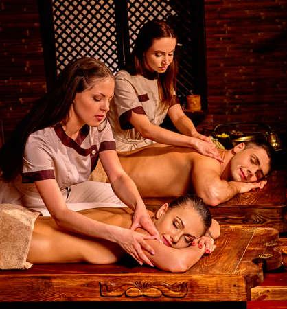 luna de miel: Familia de joven que el aceite de Ayurveda tratamiento de spa en luna de miel.
