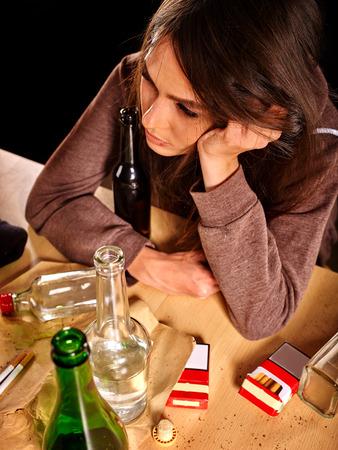 alcoholismo: chica borracha con una botella de alcohol en la tabla. alcoholismo tema Soccial. Vista superior. Foto de archivo