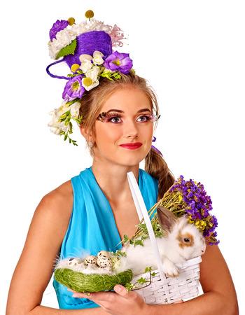pascuas navide�as: Mujer de la manera en estilo conejo de Pascua caricias y flores. Aislado.