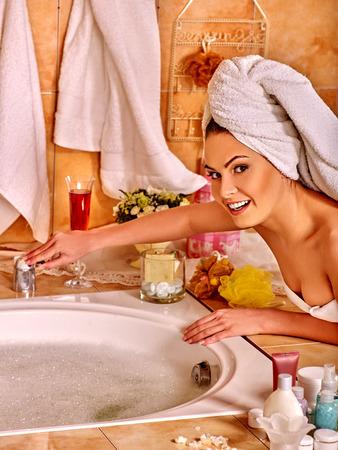 mooie vrouwen: Vrouw draagt handdoek over het hoofd ontspannen thuis luxe bad. Stockfoto