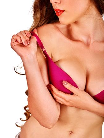 pechos: Chica con el pelo largo y ondulado quita la ropa interior para examinar sus senos. Mama auto examen.