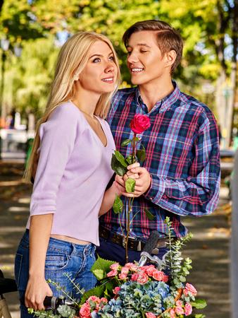 pareja abrazada: Pareja joven abrazando y coqueteando en el parque y mirando a otro lado.