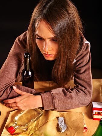 alcoholismo: chica borracha abrazando una botella de alcohol. alcoholismo casa. Foto de archivo