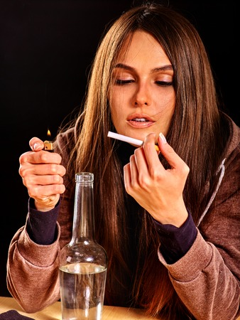 alcoholismo: La muchacha en la depresi�n de beber alcohol y fuma cigarrillos en la soledad. alcoholismo casa.