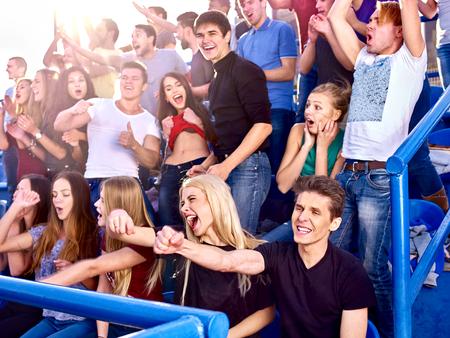 multitud gente: Los fanáticos del deporte manos hacia arriba y que cantan en tribunas. Grupo fanáticos del deporte de personas en primer plano.