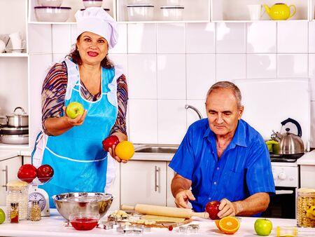 mujeres juntas: galletas de la hornada de la familia mayores en la cocina. Dos jubilados cocinar los alimentos mayor en su casa.