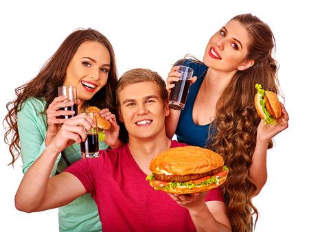 fastfood: người đàn ông trẻ tuổi và phụ nữ cầm chiếc bánh hamburger lớn và ly cola. Thức ăn nhanh khái niệm. Bị cô lập. Phụ nữ nuôi con ăn nhanh. Kho ảnh