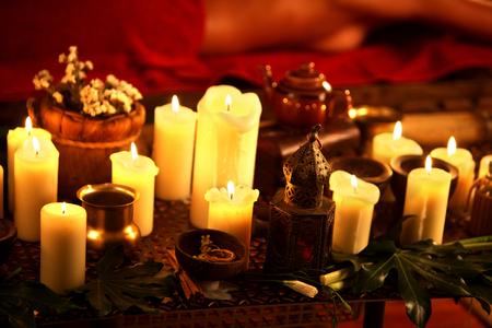 vida natural: Todavía vida con las velas encendidas y hierbas de masaje. Spa SPAA Natural aún con vida para el masaje.